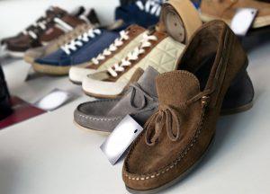 メンズ靴. 「おしゃれの基本」ともいわれる足元のコーディネート。 この靴選びで、服全体の印象もガラリと変わってきます。 40代に揃えておきたい靴 は3足あります。